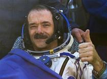 """Astronauta canadense Chris Hadfield gesticula após o pouso da cápsula espacial Russian Soyuz, cerca de 150 km a sudeste da cidade de Zhezkazgan, no Cazaquistão. O astronauta canadense que fez sucesso na Internet com uma versão em gravidade zero de """"Space Oddity"""", de David Bowie, voltou à Terra na terça-feira com dois colegas, após passar cinco meses na Estação Espacial Internacional. 14/05/2013. REUTERS/Sergei Remezov"""