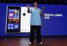 Вице-президент Nokia Джо Харлоу с новой Lumia 925 на презентации в Лондоне 14 мая 2013 года. Финская Nokia представила новую модель смартфона Lumia в металлическом корпусе в попытке привлечь внимание покупателей и сократить отставание от конкурентов - Samsung и Apple Inc. REUTERS/Luke MacGregor