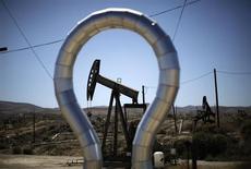 Станок-качалка на месторождении Midway Sunset в Калифорнии 29 апреля 2013 года. Фьючерсы на нефть эталонной марки Brent держатся выше отметки $102 за баррель ввиду снижения курса доллара, но дальнейшему росту препятствует прогноз увеличения запасов в США на фоне мрачной оценки мирового спроса. REUTERS/Lucy Nicholson