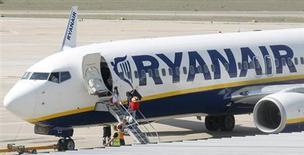 """Trente ans après avoir lancé la révolution du """"low cost"""" dans le transport aérien, la compagnie irlandaise Ryanair compte augmenter de plus de 8% par an le nombre de passagers transportés au cours de la période 2015-2018, soit le double de la croissance réalisée l'an dernier. /Photo d'archives/REUTERS/Albert Gea"""