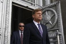 Посол США в России Майкл Макфол выходит из здания МИДа в Москве 15 мая 2013 года. Кремль воспользовался инцидентом с высылкой обвиненного в работе на ЦРУ американского дипломата как поводом подчеркнуть приверженность сотрудничеству с США в ключевых вопросах глобальной безопасности. REUTERS/Maxim Shemetov