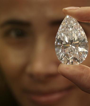 5月16日、スイスのジュネーブで開かれたオークションで、101.73カラットのダイヤモンドが約27億3000万円の過去最高額で落札された。写真は4月、ジュネーブで撮影(2013年 ロイター/Denis Balibouse)