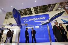 Boeing et General Electric ont alerté mercredi les compagnies aériennes sur un problème potentiel affectant les moteurs du long-courrier 777, dont deux réacteurs sont tombés en panne en plein vol cette année. /Photo prise le 13 novembre 2012/REUTERS/Bobby Yip
