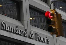 Светофор перед штаб-квартирой Standard & Poor's в Нью-Йорке, 5 февраля 2013 года. Слабый инвестиционный климат, отсутствие нацеленных на частный сектор реформ и высокий уровень коррупции сдерживают рост экономик стран СНГ, зависимых от потребления и экспорта нефти и газа, считает международное рейтинговое агентство Standard & Poor's. REUTERS/Brendan McDermid