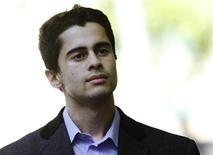 """Mustafa Al-Bassam, um dos 4 hackers que confessaram culpa por terem participado de ataques digitais em 2011, chega ao Tribunal de Southwark Crown, em Londres, 16 de maio de 2013. Os quatro hackers britânicos que participaram de ataques digitais contra alvos que foram desde a CIA à Sony são audaciosos, arrogantes e motivados por desejo de """"diversão anárquica"""", afirmou um promotor em um tribunal de Londres nesta quarta-feira. 16/05/2013 REUTERS/Luke MacGregor"""
