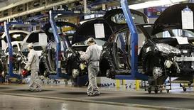 PSA Peugeot Citroën a annoncé vendredi que la CGT avait renoncé à son recours contre le plan de restructuration engagé par le groupe en France. Le constructeur automobile a signé le même jour avec le syndicat un accord mettant un terme à la grève engagée en janvier dans l'usine d'Aulnay-sous-Bois (Seine-Saint-Denis). /Photo prise le 15 mai 2013/REUTERS/Gonzalo Fuentes