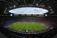 Vista geral da Allianz Arena durante partida do Bayern de Munich contra o Chelsea, válida pela Liga dos Campeões, em Munique. Torcedores do Bayern Munique ficaram na fila por mais de 12 horas e esgotaram todos os 45 mil ingressos para assistir na Allianz Arena, a casa do clube, à transmissão ao vivo da final da Liga dos Campeões contra o Borussia Dortmund, em Londres, no dia 25 de maio. 19/05/2012. REUTERS/Michaela Rehle