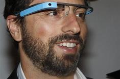 Fundador do Google Sergey Brin usa protótipo do Google Glass ao comparecer ao desfile de Diane von Furstenberg durante a semana de moda de Nova York. Equipes de desenvolvimento do eBay estão trabalhando em potenciais aplicativos para o projeto Google Glass, do Google, lançando a possibilidade de que compras e outras atividades comerciais possam ser realizadas através da tecnologia. 9/09/2012. REUTERS/Carlo Allegri