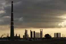 L'enquête de la Commission européenne sur des soupçons de manipulation des cours du pétrole, qui visait initialement trois grandes compagnies, a été étendue à une petite société de trading néerlandaise, Argos Energies. /Photo d'archives/REUTERS/Claudia Daut