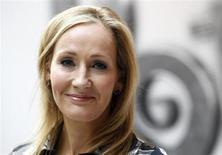 """Escritora britânica JK Rowling, autora da série Harry Potter, posa para fotos durante lançamento do site Pottermore, em Londres. Fãs da série de livros terão a chance de fazer uma oferta sobre uma primeira edição única de """"Harry Potter e a Pedra Filosofal"""" anotada pela autora durante um leilão de caridade este mês, afirmou a organização britânica PEN no final da sexta-feira. 23/06/2011. REUTERS/Suzanne Plunkett"""