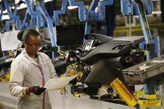 PSA Peugeot Citroën compte engager d'ici juin des négociations sur sa compétitivité en France, emboîtant le pas à Renault et à plusieurs équipementiers automobiles, tous confrontés à des surcapacités chroniques sur un marché en berne en Europe. /Photo prise le 15 mai 2013/REUTERS/Gonzalo Fuentes