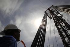 Рабочий компании Canadian Pacific Rubiales Petroleum Company стоит около оборудования для добычи нефти на месторождении Кампо Рубиалес в Мете 23 января 2013 года. Цены на нефть Brent держатся ниже $105 за баррель на фоне позитивной экономической статистики и роста фондовых рынков в сочетании с умеренными прогнозами повышения спроса на нефть и ее высоких запасов. REUTERS/Jose Miguel Gomez