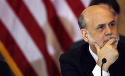 Глава ФРС Бен Бернанке на заседании Совета по контролю за финансовой стабильностью Минфина США в Вашингтоне 25 апреля 2013 года. Начало конца масштабной скупки облигаций Федеральной резервной системой США может состояться раньше, чем думают многие инвесторы, если недавние улучшения на рынке труда окажутся не мимолетными. REUTERS/Gary Cameron