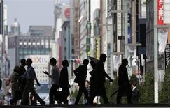 Dans le quartier commerçant de Ginza, à Tokyo. Le Japon a revu en hausse lundi ses perspectives économiques, des signes de reprise des exportations et de la production manufacturière tendant à confirmer l'impact positif de la politique du Premier ministre Shinzo Abe sur la croissance. /Photo prise le 16 mai 2013/REUTERS/Toru Hanai