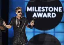 Cantor Justin Bieber recebe o prêmio 'Milestone' durante o Billboard Music Awards, em Las Vegas, nos EUA. As estrelas pop Justin Bieber e Taylor Swift venceram os grandes prêmios do Billboard Music Awards, na noite de domingo, que também homenageou artistas lendários como Madonna e Prince. 19/05/2013. REUTERS/Steve Marcus