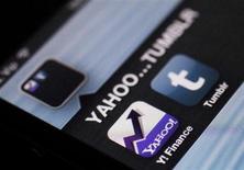 Aplicativos do Yahoo e Tumblr são vistos na tela de uma iPhone em Zagreb, na Croácia. O Yahoo anunciou nesta segunda-feira a compra do serviço de blogs e rede social por 1,1 bilhão de dólares em dinheiro, em uma aposta da presidente-executiva, Marissa Mayer, para revitalizar a companhia pioneira da Internet. 20/05/2013 REUTERS/Antonio Bronic