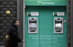Le titre BNP Paribas abandonnait 0,49% à la mi-séance à la Bourse de Paris, dans le sillage des valeurs bancaires européennes, en baisse de 2,34%, alors que des investisseurs s'inquiètent d'une possible fin des mesures de soutien de la Fed. La banque centrale américaine pourrait en effet revenir sur ses rachats d'actifs à l'automne. /Photo prise le 26 octobre 2012/REUTERS/Jacky Naegelen