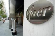 Pfizer, à suivre mardi sur les marchés américains. Le groupe, qui était sur une bonne série de bonnes nouvelles avec trois approbations de traitements du cancer, a connu un revers lundi, avec l'annonce de l'arrêt des essais d'un médicament contre le lymphome de Hodgkin. /Photo d'archives/REUTERS/Jeff Christensen