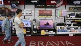Sony envisage d'évaluer la proposition de l'un de ses principaux actionnaires, le fonds Third Point, de scinder une partie de ses activités de cinéma et de musique, rapporte le quotidien économique japonais Nikkei. /Photo prise le 9 mai 2013/REUTERS/Toru Hanai