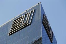Логотип Ernst & Young на здании, где расположена штаб-квартира компании, в Нью-Йорке 20 декабря 2010 года. Корпорации ожидают увеличения количества сделок слияний и поглощений (M&A) на мировом рынке в течение ближайших 12 месяцев, ощущая всё большую уверенность в стабилизации и рост экономики, следует из проведенного Ernst&Young исследования. REUTERS/Lucas Jackson