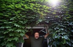 """Ai Weiwei à Pékin. L'artiste dissident le plus célèbre de Chine, a sorti mercredi un """"single"""" extrait de son premier album de """"heavy metal"""", une chanson appelée """"Dumbass"""" (""""Abruti""""), inspirée par son séjour en prison en 2011. /Photo prise le 22 mai 2013/REUTERS/Petar Kujundzic"""
