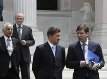 Глава Газпрома Алексей Миллер (второй справа) выходит из резиденции греческого премьера Антониса Самараса после встречи с ним в Афинах 21 мая 2013 года. Газпром пытается улучшить условия приобретения греческой газовой компании DEPA, пользуясь тем, что является единственной крупной компанией, претендующей на покупку. REUTERS/John Kolesidis