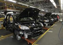 Ford ajoutera une semaine de travail cet été dans vingt de ses usines nord-américaines, dont six usines d'assemblage, afin de produire 40.000 véhicules supplémentaires et répondre ainsi à la hausse de la demande. /Photo d'archives/REUTERS/John Sommers II