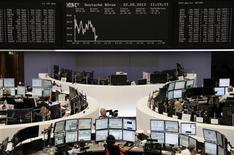 Les Bourses européennes évoluent en baisse à la mi-journée mercredi. Le CAC 40 affichait un repli de 0,60%, à 4.011,81, tandis que le Dax-30 cédait 0,34% à Francfort et le Footsie-100 abandonnait 0,22% à Londres. /Photo prise le 22 mai 2013/ REUTERS/Remote/Marte Kiesling