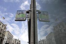 Lloyds Banking Group se dit en mesure d'atteindre les nouvelles normes prudentielles sans avoir à émettre de nouvelles actions ou à lever des capitaux. /Photo prise le 13 mai 2013/REUTERS/Stefan Wermuth