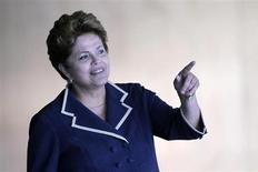 Presidente Dilma Rousseff espera a chegada do presidente do Egito, Mohamed Mursi, para reunião no Palácio do Itamaraty, em Brasília. Dilma subiu uma posição e agora é considerada a segunda mulher mais poderosa do mundo pelo ranking anual da revista Forbes. 8/05/2013. REUTERS/Ueslei Marcelino