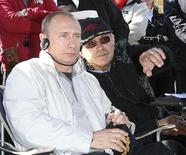 """Владимир Путин и Никита Михалков на съемочной площадке фильма """"Утомленные солнцем 2"""" в Шушарах под Санкт-Петербургом 13 мая 2008 года. Кремль в среду пообещал поддержать деньгами налогоплательщиков тех кинематографистов, кто снимает фильмы с """"прогосударственным контентом"""" и """"позитивными ценностями"""", и предостерёг от """"оголтелой"""" хулы государства в финансируемых по этой схеме произведениях. REUTERS/RIA Novosti/Kremlin/Sergei Subbotin/Pool"""