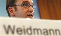 """Le président de la Bundesbank, Jens Weidmann, estime dans une interview à paraître jeudi dans Le Point, que la France devra prendre """"des mesures supplémentaires"""" pour tenir ses engagements en matière de déficit public, même si elle a obtenu un délai pour le ramener à 3% du produit intérieur brut. /Photo prise le 12 mars 2013/REUTERS/Kai Pfaffenbach"""