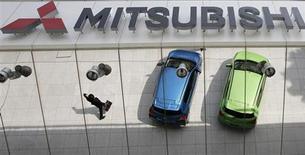 Mitsubishi Motors prévoit d'effacer 924,6 milliards de yens (6,97 milliards d'euros) de pertes cumulées à l'issue de l'exercice en cours, qui sera terminé le 31 mars 2014, en puisant dans sa base de capital, rapporte le Nikkei. /Photo prise le 25 avril 2013/REUTERS/Toru Hanai