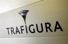 Логотип Trafigura у входа в офис компании в Женеве 11 марта 2012 года. Зарегистрированные в Швейцарии сырьевые трейдеры Glencore Xstrata и Trafigura проводили с Ираном бартерные сделки с металлами, которые могли нарушать международные санкции, направленные против ядерной программы Ирана, говорится в секретном докладе экспертной комиссии ООН, имеющемся в распоряжении Рейтер. REUTERS/Denis Balibouse