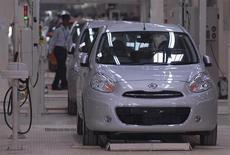 Охранник проходит мимо машин модели Micra на заводе Renault-Nissan в Ченнае 17 марта 2010 года. Nissan Motor Co Ltd отзывает около 841.000 автомобилей по всему миру, включая компакт Micra, из-за дефекта в рулевом колесе, заявил в четверг второй по величине японский автопроизводитель. REUTERS/Babu
