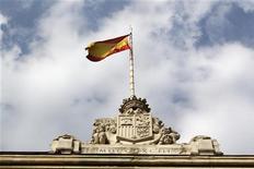 Madrid a vu ses coûts d'emprunt à moyen terme augmenter jeudi pour la première fois en quatre mois en réaction à des signes suggérant que la Réserve fédérale pourrait bientôt ralentir ses rachats d'actifs. Le Trésor espagnol a adjugé quatre milliards d'euros d'obligations à trois, cinq et 13 ans. Lors de cette adjudication, la demande a baissé et les rendements ont augmenté sur les trois échéances. L'échéance la plus longue s'est adjugée à 4,540% contre 4,336% lors de la précédente émission du 9 mai. /Photo d'archives/REUTERS/Andrea Comas