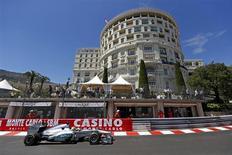 Piloto da equipe Mercedes de Fórmula 1, o alemão Nico Rosberg dirige durante segunda sessão de treinos do Grande Prêmio de Mônaco. Rosberg deu à equipe Mercedes um início dos sonhos para o fim de semana do GP de Mônaco, ao estabelecer o tempo mais rápido nas duas sessões do treino livre desta quinta-feira para a corrida mais famosa da temporada da Fórmula 1. 23/05/2013. REUTERS/Benoit Tessier