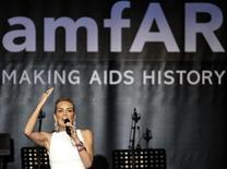 Актриса Шэрон Стоун проводит благотворительный вечер amfAR в Каннах, 23 мая 2013 года. Российский бизнесмен заплатил 1,2 миллиона евро ($1,5 миллиона) за возможность полететь в космос в компании голливудского актера Леонардо ДиКаприо. REUTERS/Jean-Paul Pelissier