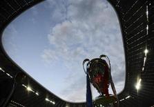 Кубок Лиги Чемпионов на стадионе в Мюнхене, 19 мая 2012 года. Победители Лиги Европы получат право играть в Лиге чемпионов в следующем после триумфа сезоне, сообщил Рейтер в четверг источник в УЕФА. REUTERS/Dylan Martinez