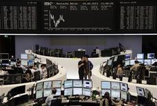 Les Bourses européennes sont dans le rouge vendredi à mi-séance, après une ouverture en hausse, plombées par les secteurs automobile et bancaire, dans un marché qui reste déstabilisé par la crainte d'un ralentissement dès juin du rythme de rachats d'actifs de la Réserve fédérale. À Paris, le CAC 40 cède 0,11%% à 3.962,81 points vers 11h10 GMT. À Francfort, le Dax perd 0,83% et à Londres, le FTSE 0,8%. L'indice paneuropéen EuroStoxx 50 recule de 0,48%. /Photo prise le 24 mai 2013/REUTERS/Remote/Marte Kiesling