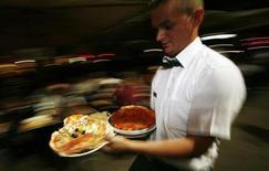 Plusieurs chefs cuisiniers italiens demandent la démission de la secrétaire d'Etat à la Culture accusée d'avoir dénigré leur profession en affirmant que la gastronomie de l'Italie n'était qu'une pâle copie de sa voisine française. /Photo d'archives/REUTERS/Dario Pignatelli