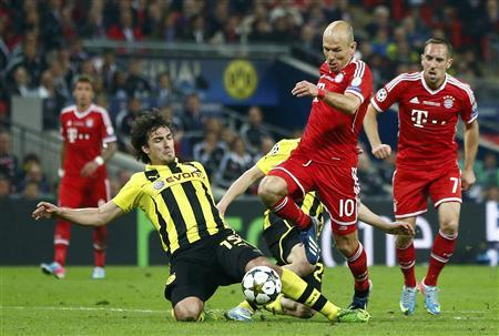 Ribery and robben combine to give bayern victory bayern munichs arjen robben 2nd r evades borussia dortmunds mats hummels l before scoring the winning goal during their champions league final soccer voltagebd Choice Image