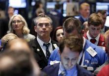 """Après la pause dans le récent """"rally"""" de Wall Street la semaine dernière, les investisseurs se demandent s'ils sont face à un retournement du marché ou bien s'il s'agit seulement d'un mauvais moment à passer dans une tendance qui reste haussière. /Photo d'archives/REUTERS/Brendan McDermid"""