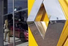 Le titre Renault pourrait réagir à l'ouverture de la Bourse de Paris. La société israélienne Better Place, partenaire de Renault, a annoncé dimanche avoir déposé son bilan mettant ainsi fin à un projet d'échange de batteries visant à développer le marché de la voiture électrique. /Photo prise le 1er mars 2013/REUTERS/Régis Duvignau