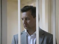 Le directeur général de Rosbank, filiale russe de la Société générale, a été révoqué avec effet immédiat lundi. Arrêté par la police, Vladimir Goloubkov avait été inculpé pour corruption après s'être vu reprocher d'avoir touché des pots de vin pour renégocier un prêt à un homme d'affaires. /Photo prise le 16 mai 2013/REUTERS/Maxim Shemetov