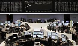 Les Bourses européennes sont en hausse lundi à mi-séance, après leur déclin de la semaine dernière, mais leur rebond est limité par le faible volume d'échanges, en raison de la fermeture de la Bourse de Londres. À Paris, le CAC 40 gagne 0,72% à 3.985,29 points vers 11h00 GMT, et à Francfort, le Dax progresse de 0,61%. L'indice paneuropéen EuroStoxx 50 prend 0,72%. /Photo prise le 27 mai 2013/REUTERS/Remote/Marte Kiesling