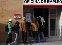 Le taux de chômage en Espagne a atteint le niveau record de 27%, en raison de l'effondrement du secteur de la construction après l'éclatement de la bulle immobilière et des réductions d'effectifs au sein de l'administration. /Photo prise le 6 mai 2013/REUTERS/Sergio Perez