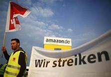 Funcionário da Amazon participa da primeira manifestação realizada pelos trabalhadores da empresa, em frente a um armazém da Amazon em Bad Hersfeld, na Alemanha. Trabalhadores da operação alemã da varejista da Internet estão prontos para entrar em uma segunda greve com duração de um dia, na segunda-feira, em uma disputa por salários e benefícios. 14/05/2013 REUTERS/Lisi Niesner