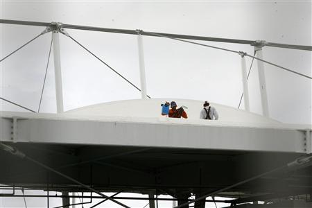 Men work on the roof of the Fonte Nova stadium after heavy rain in preparation for the 2013 Confederations Cup, in Salvador May 27, 2013. REUTERS/Marco Aurelio Martins/A Tarde/Agencia O Globo