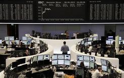 Les Bourses européennes sont en nette hausse à mi-séance, amplifiant leur rebond entamé la veille. À Paris, le CAC 40 gagne 1,41% à 4.051,63 points vers 11h00 GMT. À Francfort, le Dax prend 1,07% et à Londres, où les marchés financiers étaient également fermés lundi, le FTSE s'adjuge 1,61%. /Photo prise le 28 mai 2013/REUTERS/Remote/Marte Kiesling